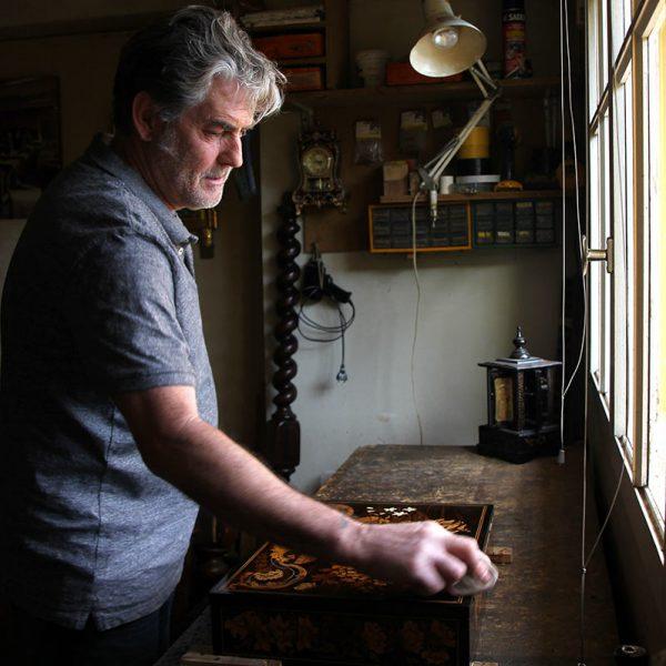 artisan restaurateur de meuble vernis au tampon